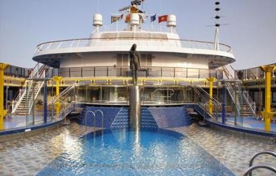 Bazén a vrchní paluba lodi