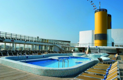 Bazén na horní palubě lodi
